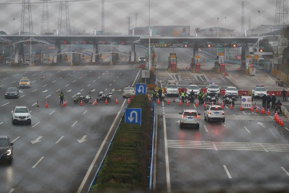 武漢肺炎疫情持續升高,湖北省下令多地封城,已有13個城市的大眾運輸停止營運,多處高速公路封閉。(中新社提供)