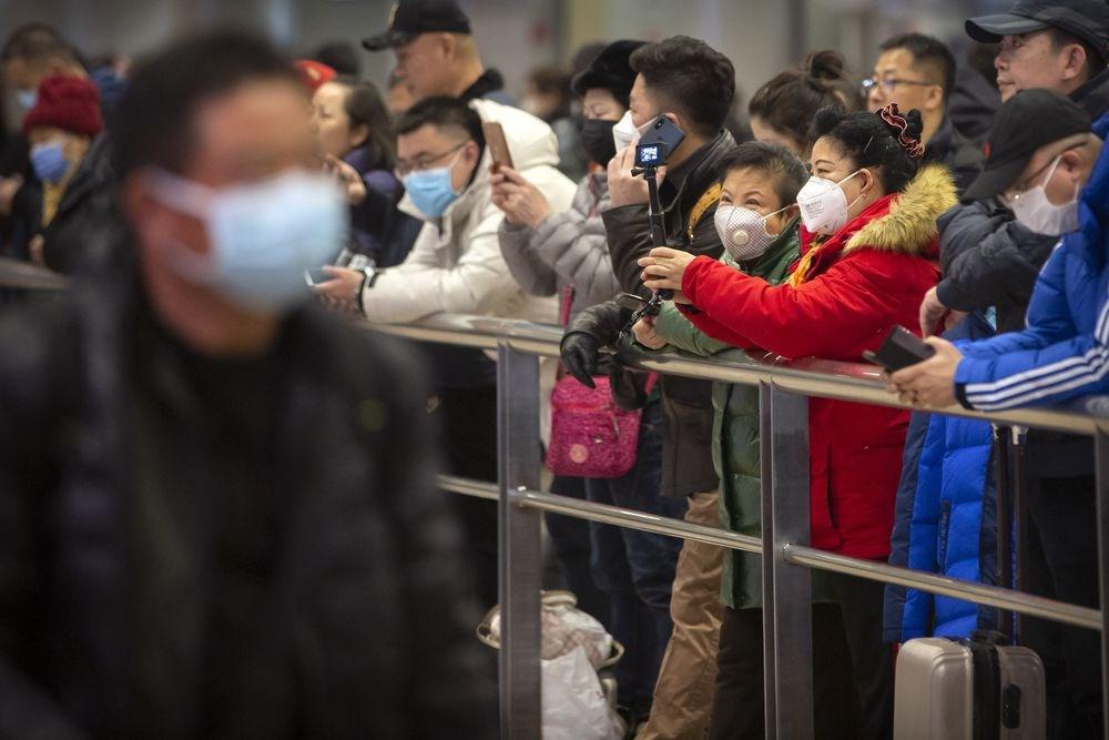 世界衛生組織23日晚拒絕將武漢肺炎宣告為「國際關注公共衛生緊急事件」,認為在中國境外病例很少,現在宣告為時過早。圖為北京首都國際機場許多旅客戴口罩防武漢肺炎。(美聯社)