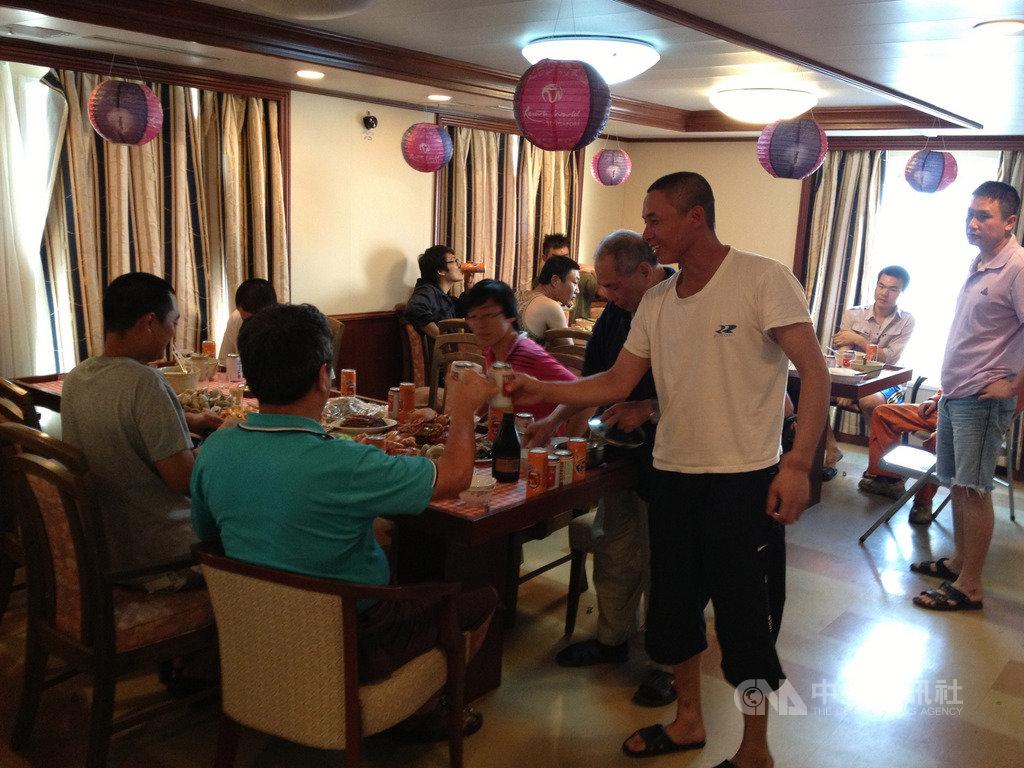 與同事們一同海鮮圍爐,就是出海人最具年味的慶祝方式,也是出海人難得可以放鬆心情的一刻。(慧洋KY提供)中央社記者潘羿菁傳真  109年1月24日