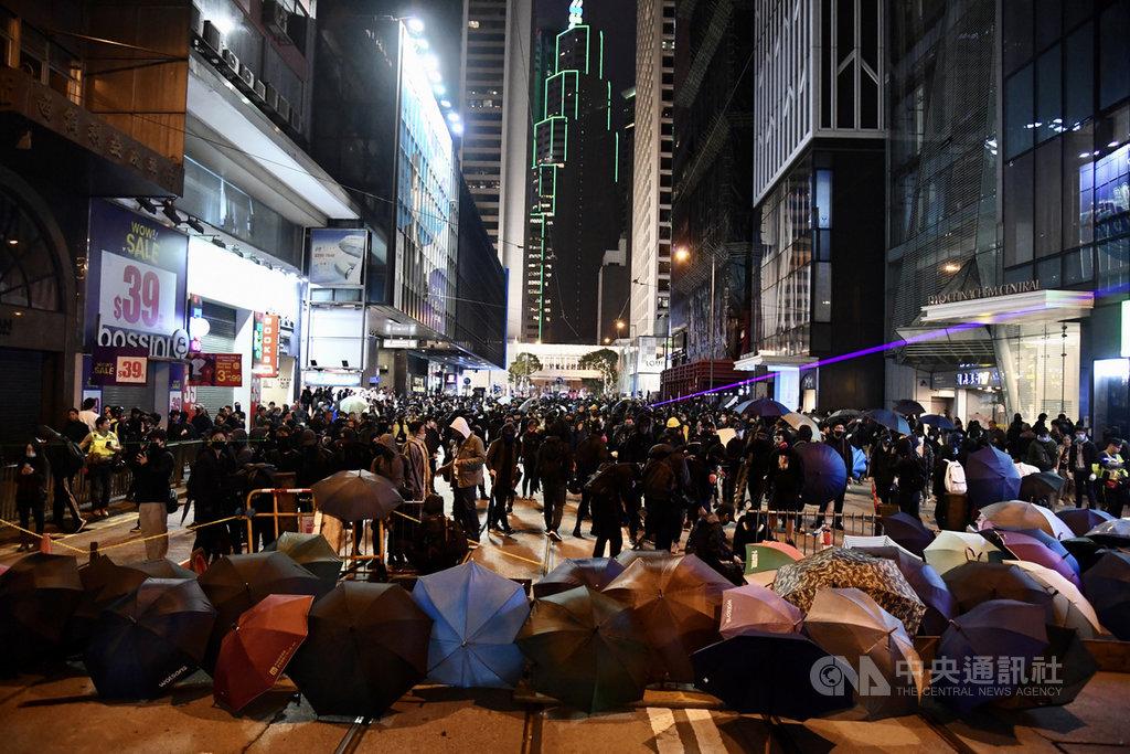 台灣近年成為許多香港人移民的熱門選擇,「反送中」抗爭爆發後尤其如此。圖為2020年1月1日示威者在中環築起路障。(中通社提供)中央社 109年1月24日