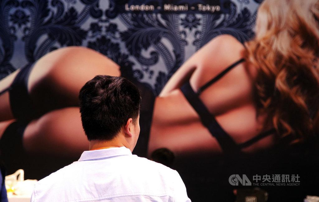 中國近期出現討論性高潮的工作坊,教導學員正確的性愛觀念,性事逐漸走出禁忌窠臼。圖為2017年的上海國際成人展。(中新社提供)中央社  109年1月24日
