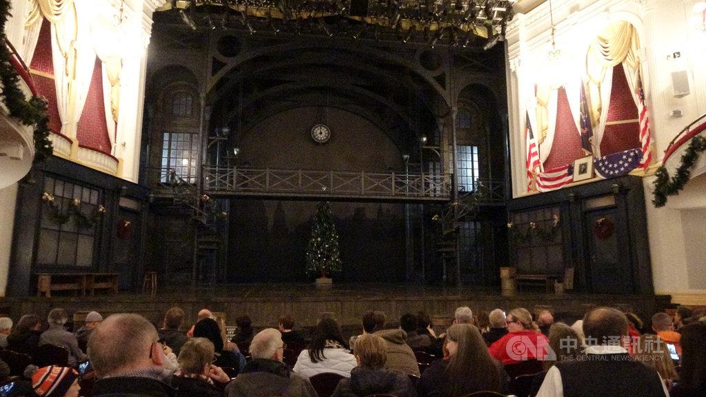 福特劇院內面對舞台的右側上方,現在掛滿美國國旗與林肯相片的包廂,正是林肯遭暗殺的現場。中央社記者江今葉華盛頓攝 109年1月24日