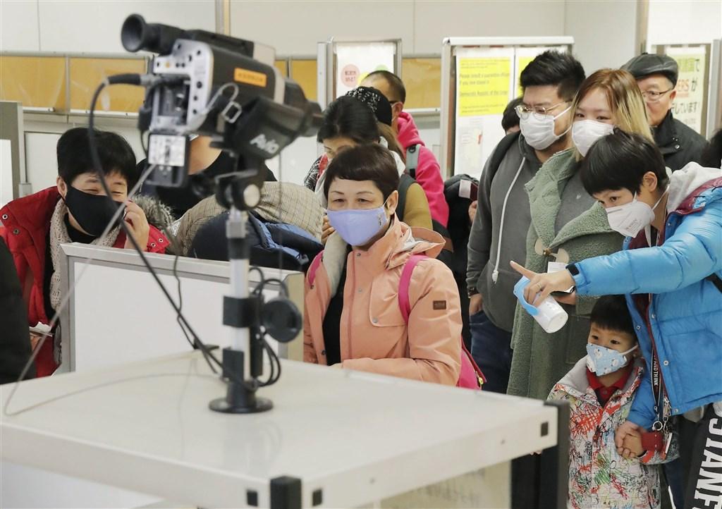 武漢肺炎疫情爆發,各國紛紛對中國公民或自中國出境的人士採取暫時性限制措施。圖為日本東京成田機場對來自中國武漢的旅客檢測。(共同社提供)
