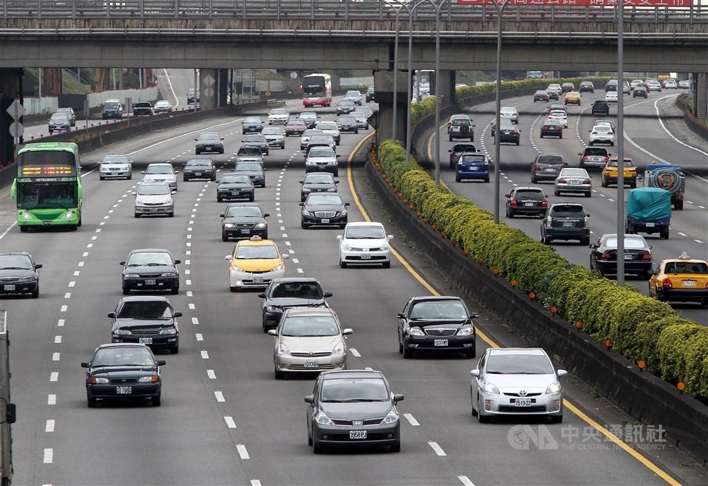 24日是農曆除夕,交通部高速公路局表示,上午國道路網車流大致正常,下午國道5號南向可能車多,建議用路人改走替代道路。(中央社檔案照片)
