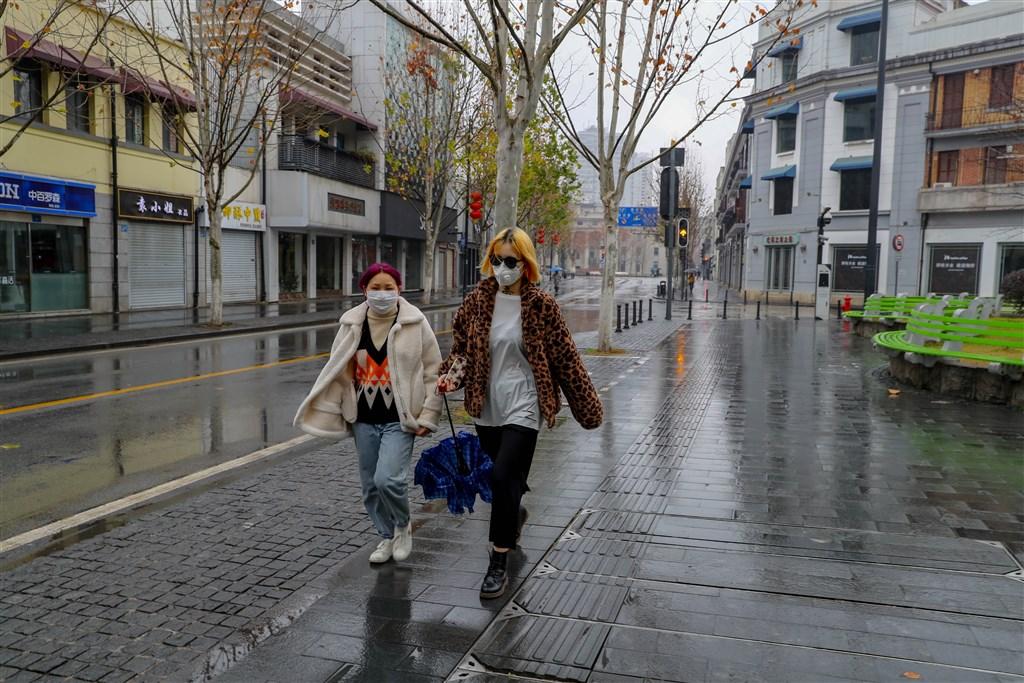 受武漢肺炎疫情影響,中國娛樂與觀光旅遊業料損失嚴重。圖為24日街頭冷清的武昌街道口商圈。(中新社提供)