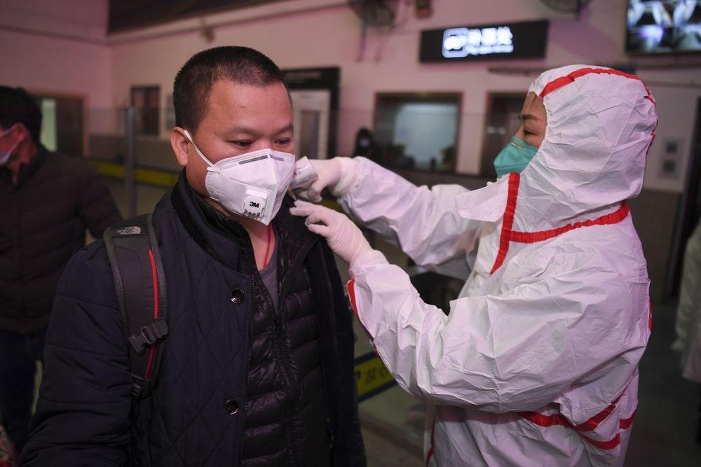 俗稱武漢肺炎的2019新型冠狀病毒肺炎(2019-nCoV)在中國已造成41名患者死亡。圖為24日中國防疫人員在長沙火車站出口檢測旅客體溫。(中新社提供)