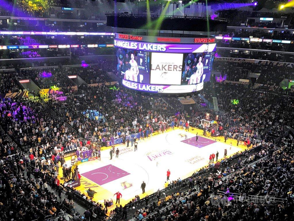 一名球迷在30天內,挑戰登上美國職業籃球聯盟NBA全部30支球隊的主場大螢幕。圖為洛杉磯湖人主場。中央社記者林宏翰洛杉磯攝 109年1月25日