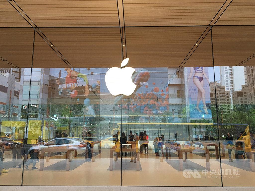 市場預期蘋果(Apple)前3季每季將推出新品,其中以iPhone SE2和5G版iPhone備受矚目。圖為蘋果台灣台北直營店。中央社記者鍾榮峰攝 109年1月25日