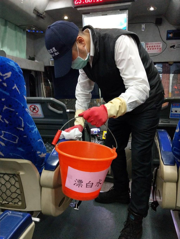 為防範武漢肺炎,交通部公路總局要求客運業者做好防疫準備,包括車輛及場站定時清潔消毒。(公路總局提供)