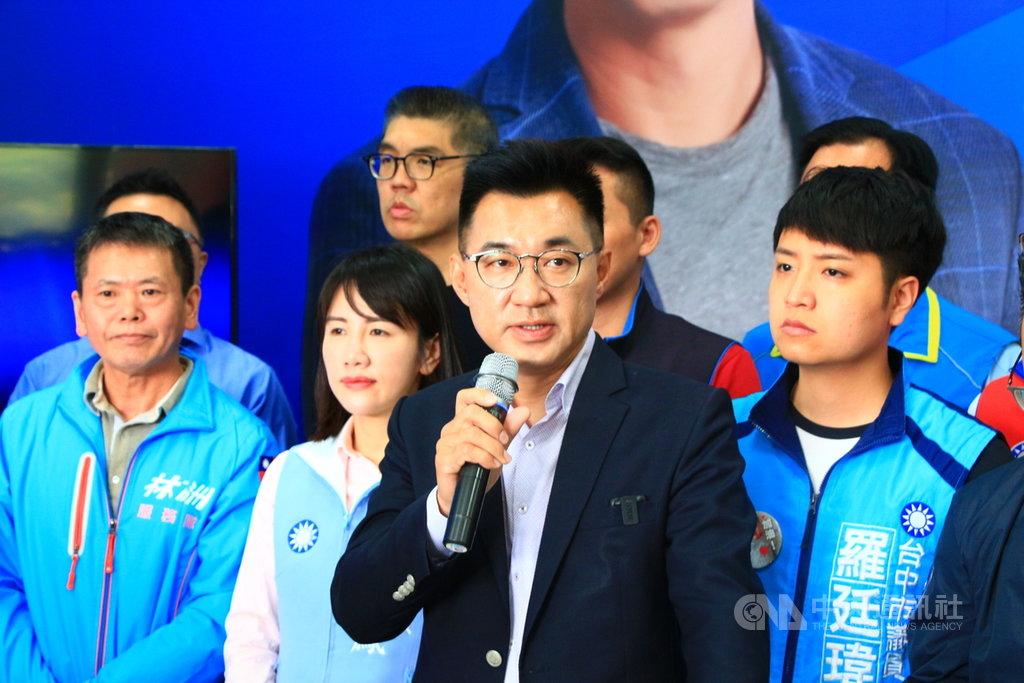 國民黨立法委員江啟臣(前)25日宣布參選黨主席,他表示,經過幾日的沉澱省思及走訪遍詢,相信國民黨要好,台灣才會更好,要有能相互制衡的兩黨政治,台灣民主才會進步。中央社記者蘇木春攝 109年1月25日