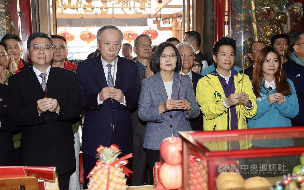 總統蔡英文(前左3)、民進黨主席卓榮泰(前左)25日大年初一到台北市覺修宮參拜祈福,祈求國泰民安。中央社記者張皓安攝 109年1月25日