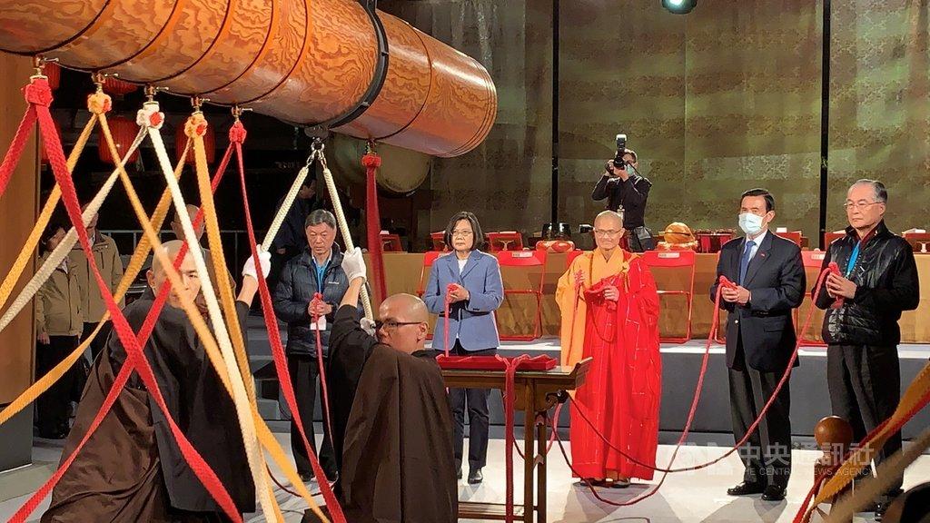 總統蔡英文(後排右4)24日參與法鼓山除夕撞鐘活動,前總統馬英九(後排右2)也到場參與。中央社記者葉臻攝 109年1月25日