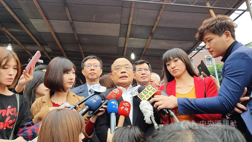 行政院長蘇貞昌(中)25日表示,自救才能救人,中國過去隱匿武漢肺炎疫情,控制不好才會讓疫情變的這麼嚴重,並在世界衛生組織(WHO)一再的排擠台灣,防疫無國界,看到的反而是中國的不理性和蠻橫。中央社記者葉臻攝 109年1月25日