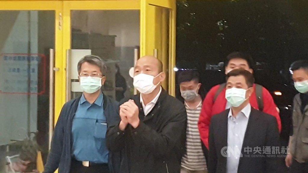 高雄市長韓國瑜(左2)25日晚上返回高雄市政府衛生局,主持因應武漢肺炎可能擴大的防疫會議。中央社記者王淑芬攝   109年1月25日