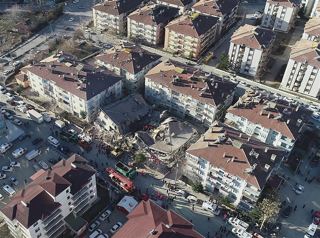 土耳其東部艾拉齊省24日發生規模6.8強震,至少造成22人喪生,有39人自瓦礫堆下獲救,但仍有約30人受困待援。(安納杜魯新聞社提供)