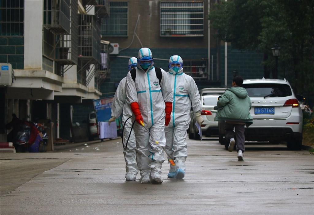 陸媒報導,截至25日傍晚5時45分為止,中國境內的武漢肺炎確診病例已上升到1356例。圖為江西省疾病控制中心人員於街頭消毒。(中新社提供)