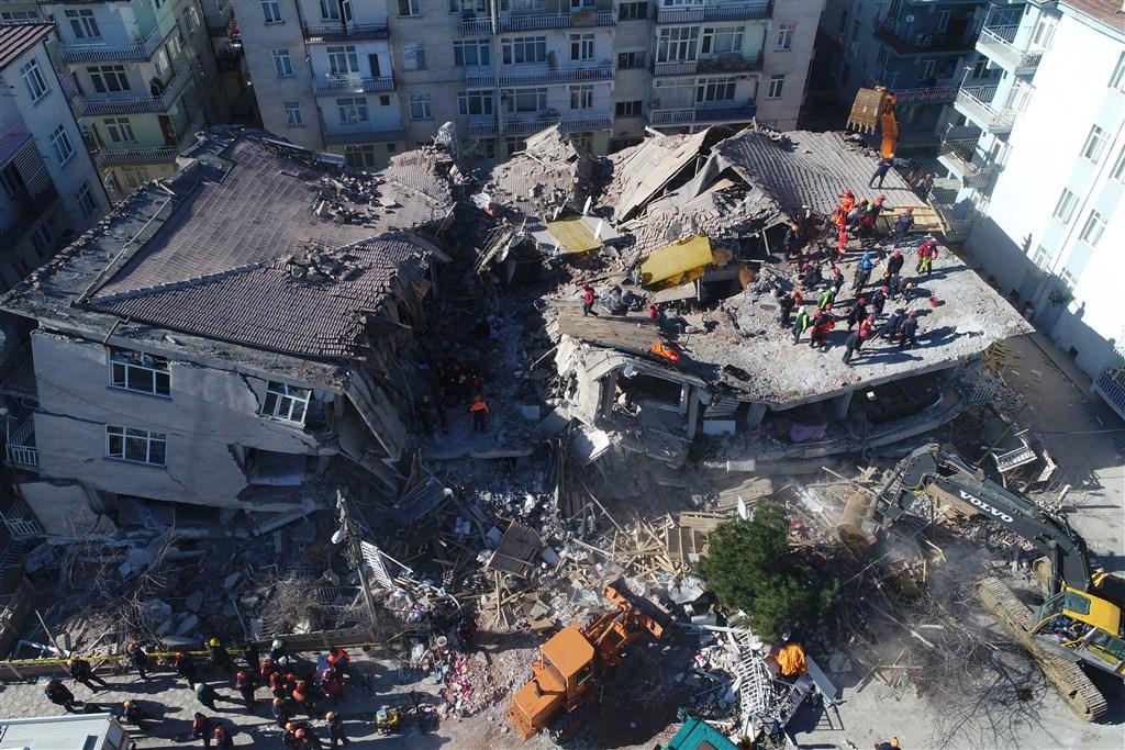 土耳其東部艾拉齊省24日晚間發生規模6.8強震,造成至少21人死亡,超過1000人受傷。搜救團隊25日在倒塌建築物的瓦礫堆中尋找生還者。(安納杜魯新聞社提供)