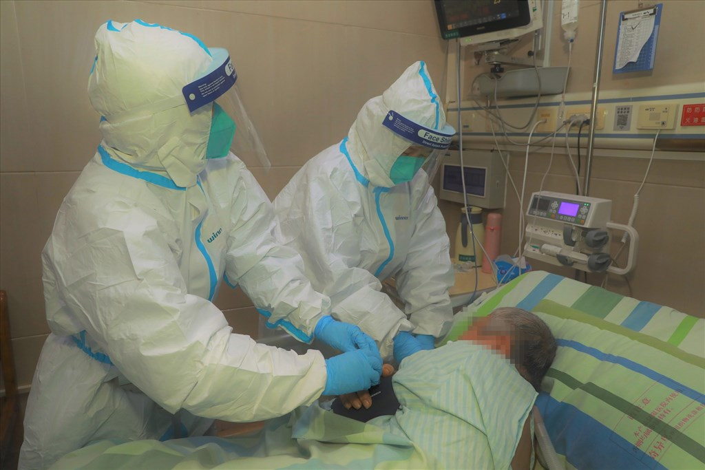 武漢肺炎迅速擴散,武漢協和醫院醫師直指,官方當時嚴厲管控消息,如果一開始就說清楚疫情,50%、60%的民眾就會做好防護,「太寒心了」。圖為22日武漢一間醫院救治新型冠狀病毒患者。(檔案照片/中新社提供)