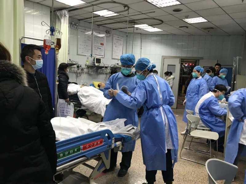 中共中央軍委批准調派軍方450人飛抵武漢,準備前往當地醫院支援武漢肺炎病患救治工作。圖為武漢大學人民醫院醫護人員。(檔案照片/中新社提供)