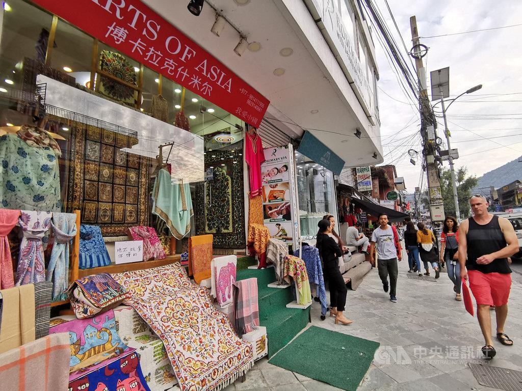 中國經濟成長步入「新常態」,2020年面臨「保6」大關,中國經濟一感冒,周邊國家跟著打噴嚏。在尼泊爾販售圍巾的商家說,現在要賣陸客前統統得先打6折。圖為2019年12月21日攝於尼泊爾第二大都市波卡拉的圍巾店。(資料照片)中央社記者陳家倫攝  109年1月26日
