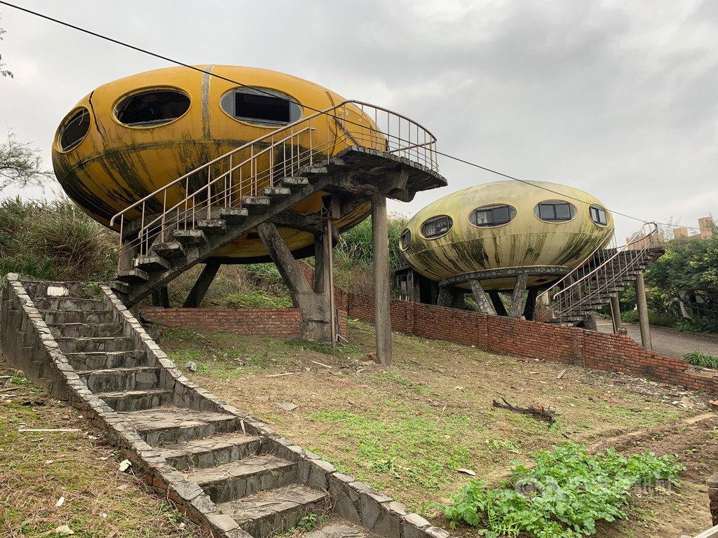 太空玲瓏屋位於新北市萬里區翡翠灣,30多年前建造至今,雖年久失修,但飛碟般造型仍成為喜愛「廢墟感」的網友打卡熱點。中央社記者葉臻攝 109年1月26日