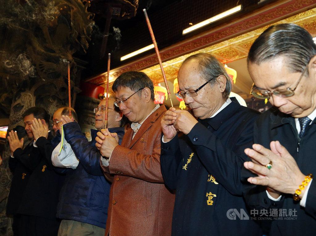 台北市長柯文哲(右3)大年初二到關渡宮參拜祈福,致詞時表示,希望媽祖保佑,讓台灣平安、順利,「到這個年紀就知道,平安就是福。」中央社記者郭日曉攝  109年1月26日