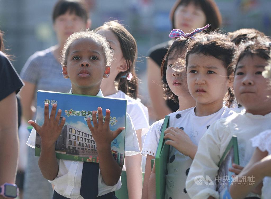 近年許多中國家長安排孩子寒暑前往外國的國際學校「微留學」,學習英語。有分析便說,學生放假時比上學還累。圖為北京芳草地國際學校學生。(中新社提供)中央社  109年1月26日