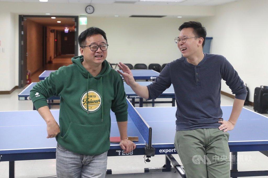 民進黨秘書長羅文嘉(左)找副秘書長林飛帆(右)切磋桌球技法,羅文嘉說,他到中央黨部一年,胖了6.5公斤,要用一年的時間讓身心都恢復。中央社記者吳家昇攝  109年1月26日