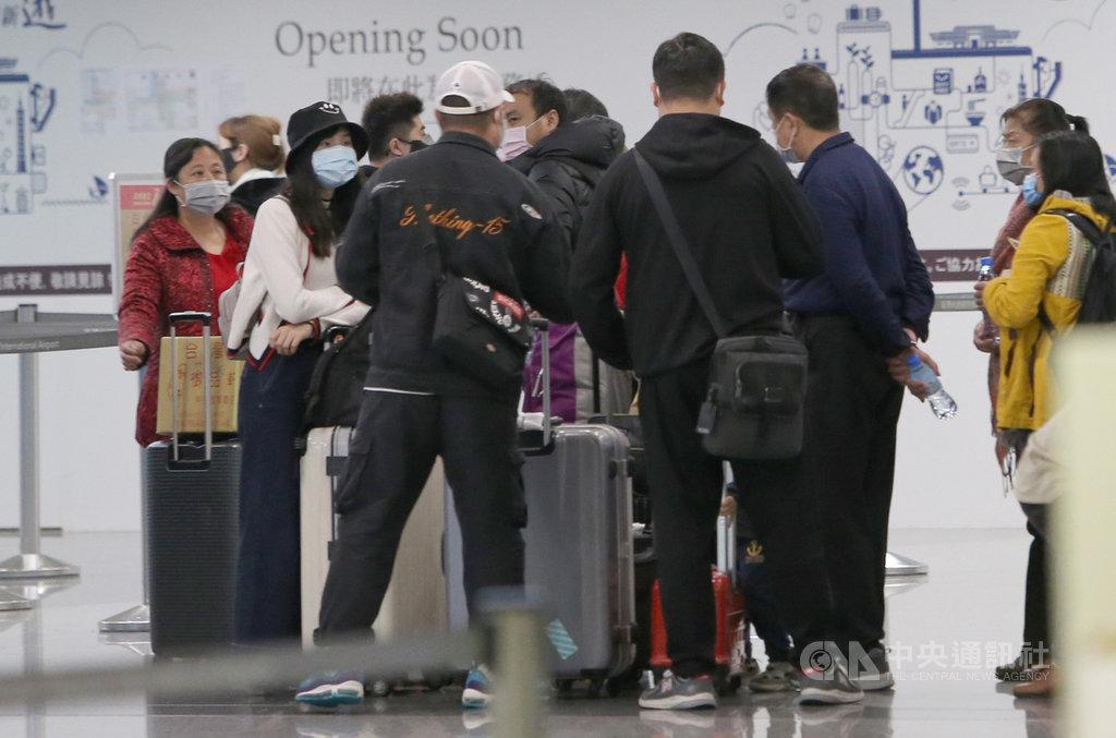 因應武漢肺炎疫情持續擴大,中央流行疫情指揮中心27日表示,將不再核發旅居中國海外的旅客來台觀光許可證,至於已取得許可證者則推遲來台。(中央社檔案照片)