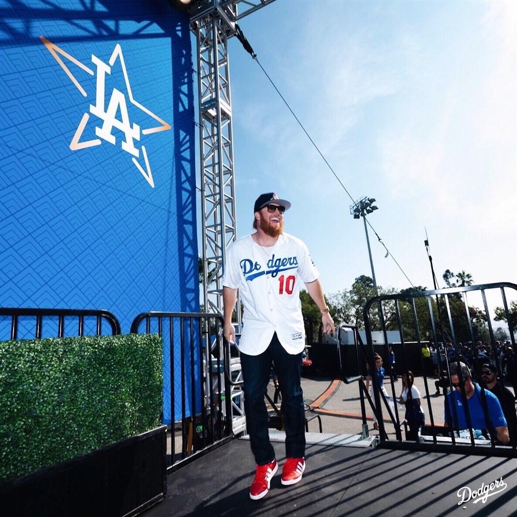 美國職棒洛杉磯道奇隊25日首次回應休士頓太空人隊偷暗號醜聞,球員特納(中)說:「我們不想在球場掛一面假的冠軍旗」。(圖取自twitter.com/Dodgers)
