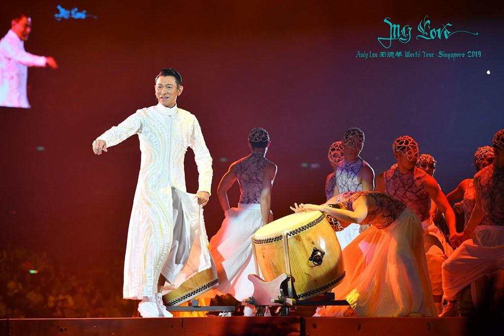 因應武漢肺炎疫情,藝人劉德華(左)宣布取消原定2月份在香港舉辦的12場演唱會。(圖取自facebook.com/MyLoveAndyLauWorldTour)