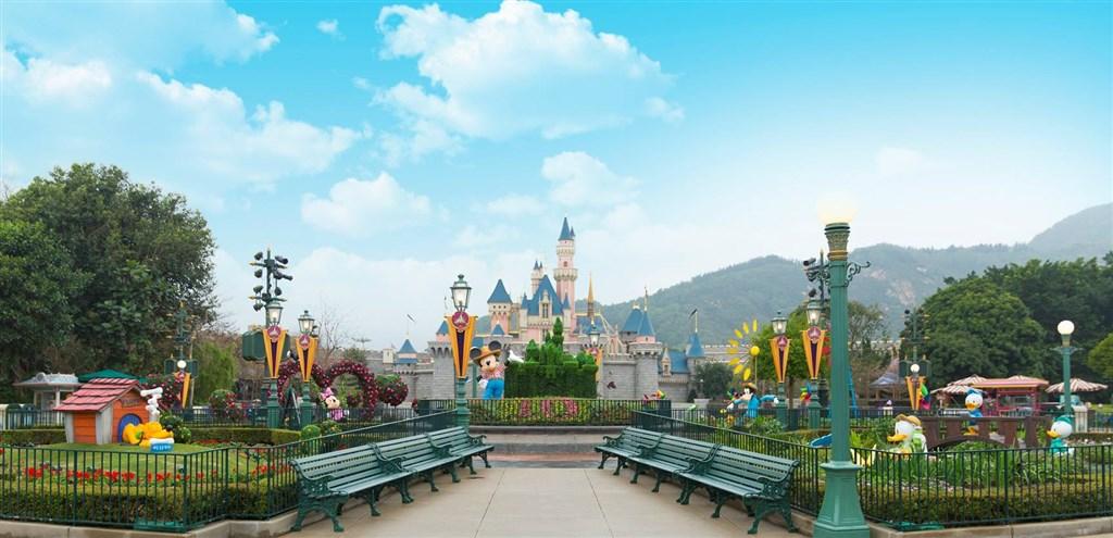武漢肺炎疫情延燒,香港迪士尼與海洋公園26日宣布暫時閉園,重開日期則待公布。(圖取自facebook.com/hkdisneyland.tw)