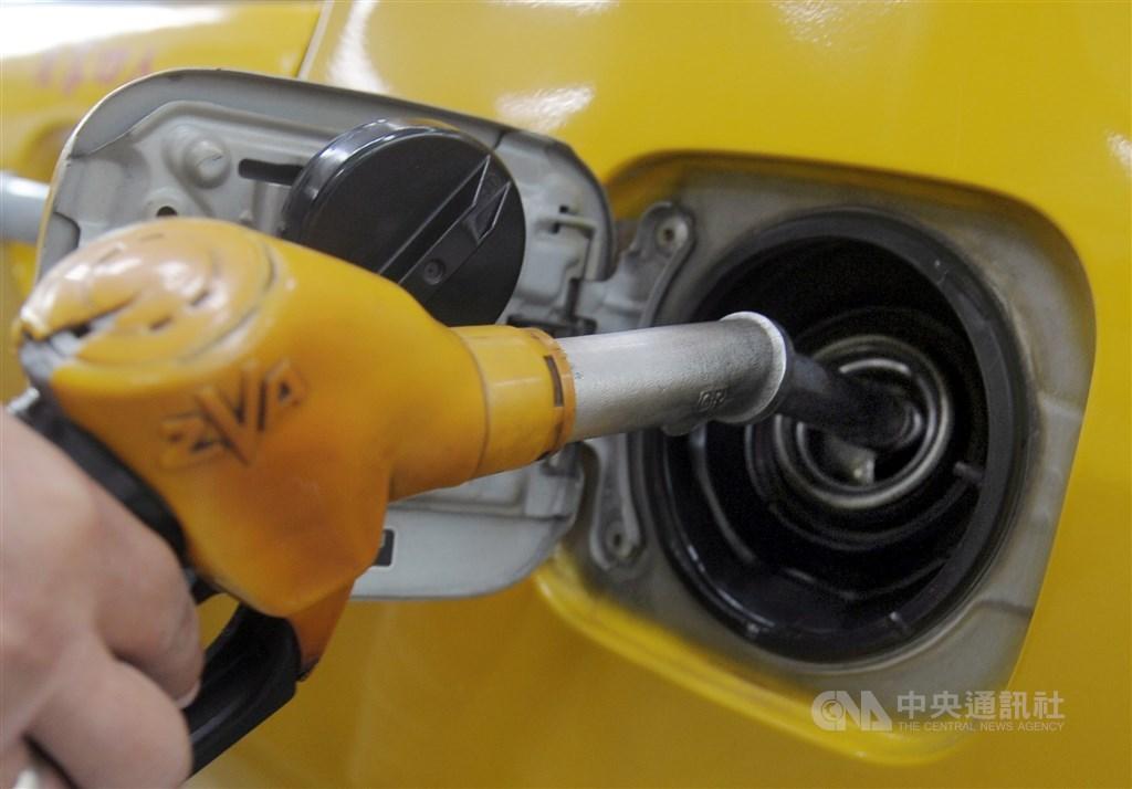 中油公司26日宣布,自27日零時起,汽油價格每公升調降新台幣0.3元,柴油也調降0.3元。(中央社檔案照片)