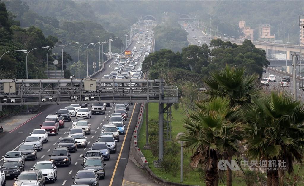 春節連假第4天,上午國道全線受雨勢影響出現部分路段壅塞,也有多起事故造成回堵現象,預估下午部分北向路段可能會出現車多情形。(中央社檔案照片)
