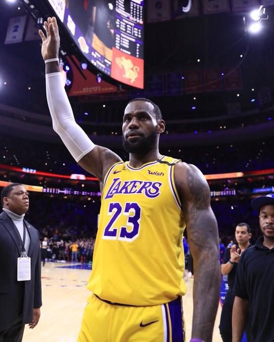 「小皇帝」詹姆斯(前)25日率洛杉磯湖人客場挑戰費城76人,第3節最後7分半上籃得分締造歷史,生涯總得分正式超越退役球星布萊恩。(圖取自twitter.com/Lakers)