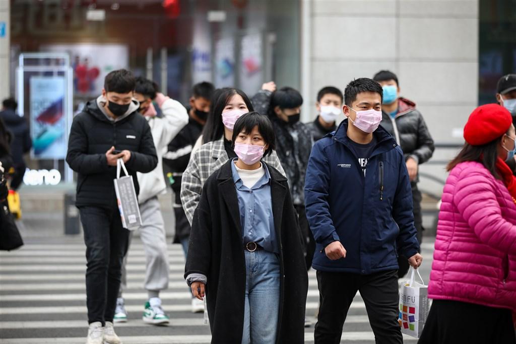 中國2019新型冠狀病毒(2019-nCoV,武漢肺炎)已造成56人死亡,分別為湖北省52死、黑龍江省、河北省、上海市、河南省各有1死。圖為蘇省連雲港市民眾戴著口罩出行,防範新型冠狀病毒肺炎。(中新社提供)