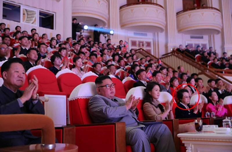 北韓國營媒體26日報導,北韓領導人金正恩的姑姑金敬姬(紅圈處)時隔6年後首度露臉。(圖取自勞動新聞網頁rodong.rep.kp)
