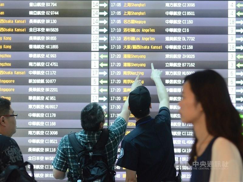 為防止武漢肺炎疫情藉由旅行團擴散,中國旅行社協會25日宣布,全國旅行社及在線旅遊企業即日起暫停經營團隊旅遊及「機票加酒店」產品。(示意圖/中央社檔案照片)