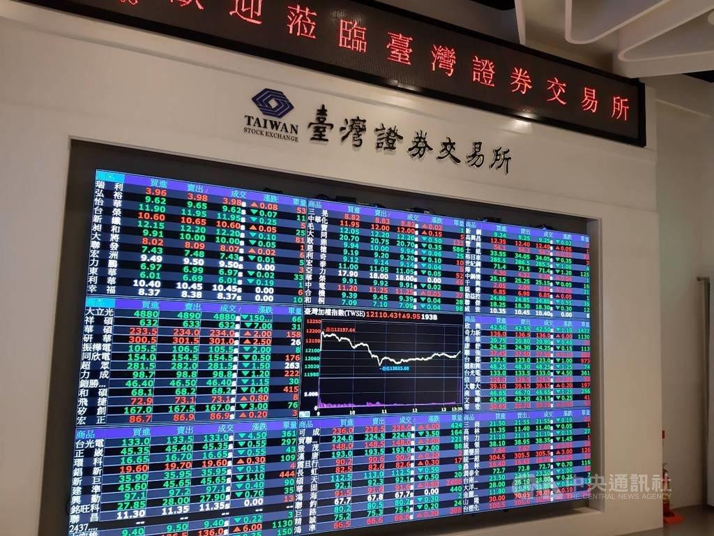 台灣證券交易所提醒投資人,指數股票型基金(ETF)有兩種,原型ETF原則上可長期持有,但買賣交易型ETF就不能長期持有。中央社記者潘智義攝 109年1月27日