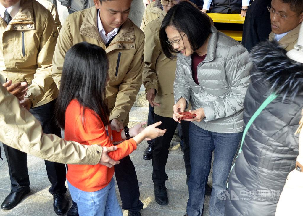 總統蔡英文27日雲林北港朝天宮發福袋,吸引超過3千位民眾排隊,展現超高人氣。中央社記者蔡智明攝109年1月27日