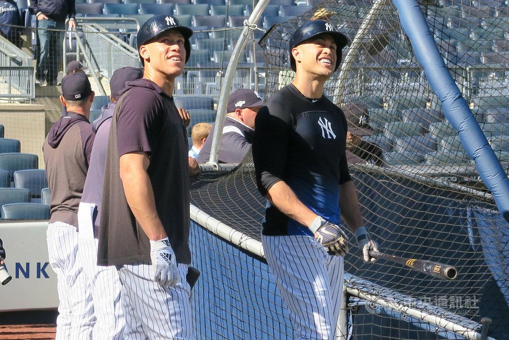 美國職棒大聯盟紐約洋基連10年未抱回世界冠軍,新賽季力拚突圍,重砲手賈吉(左)與史丹頓(右)身負重任。圖為2019年10月15日兩人在洋基球場賽前練習。中央社記者尹俊傑紐約攝  109年1月27日