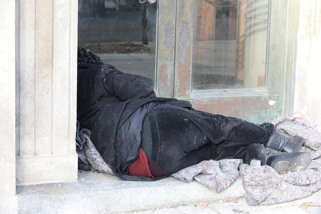 美國華盛頓多處可見無家可歸的人裹著單薄毯子,捲曲身軀縮在街頭一角。圖為108年12月24日拍攝。中央社記者徐薇婷華盛頓攝 109年1月27日
