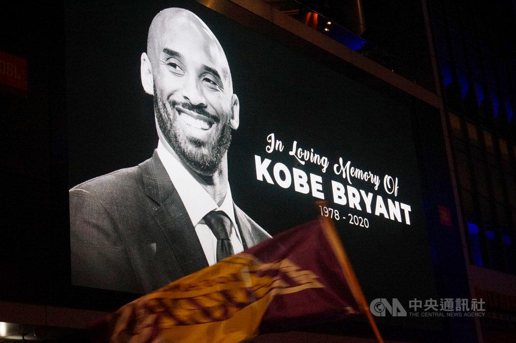 美國職籃NBA洛杉磯湖人傳奇球星布萊恩(Kobe Bryant)26日墜機過世,湖人主場史泰博中心(Staples Center)外廣場,大型看板秀出紀念他的照片及文字。中央社記者王騰毅洛杉磯攝 109年1月27日