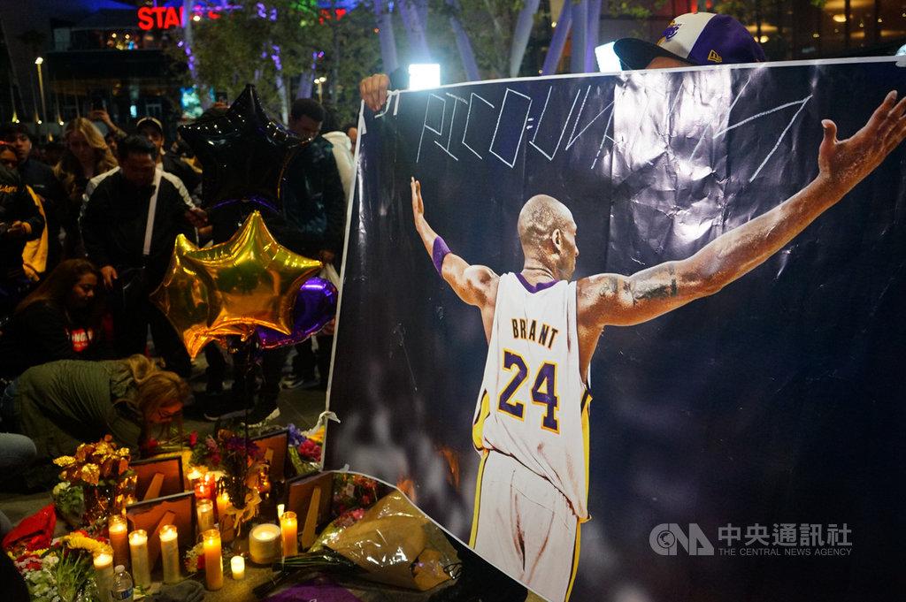 美國職籃NBA洛杉磯湖人傳奇球星布萊恩(Kobe Bryant)26日墜機過世,湖人主場史泰博中心(Staples Center)外廣場,不少球迷自發到場獻上燭光、花束悼念。中央社記者王騰毅洛杉磯攝 109年1月27日