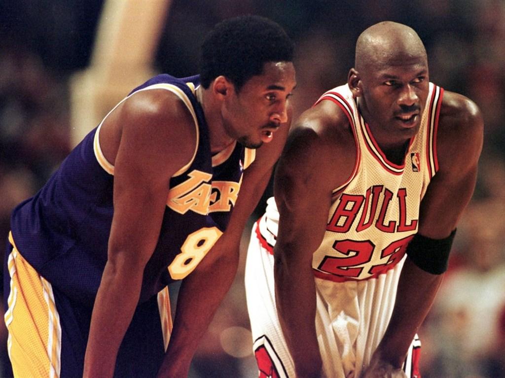 美國職籃NBA洛杉磯湖人前當家球星布萊恩(左)搭乘私人直升機失事身亡,「空人飛人」喬丹發聲明表示,他與布萊恩經常聊天,布萊恩就像他弟弟一般。(圖取自facebook.com/Kobe)