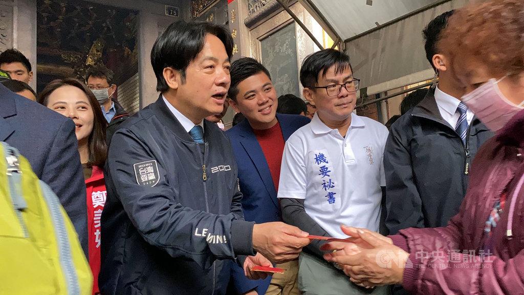 準副總統賴清德(前左)27日到新竹都城隍廟參拜,並發放福袋給民眾,喜迎庚子金鼠年。中央社記者魯鋼駿攝 109年1月27日