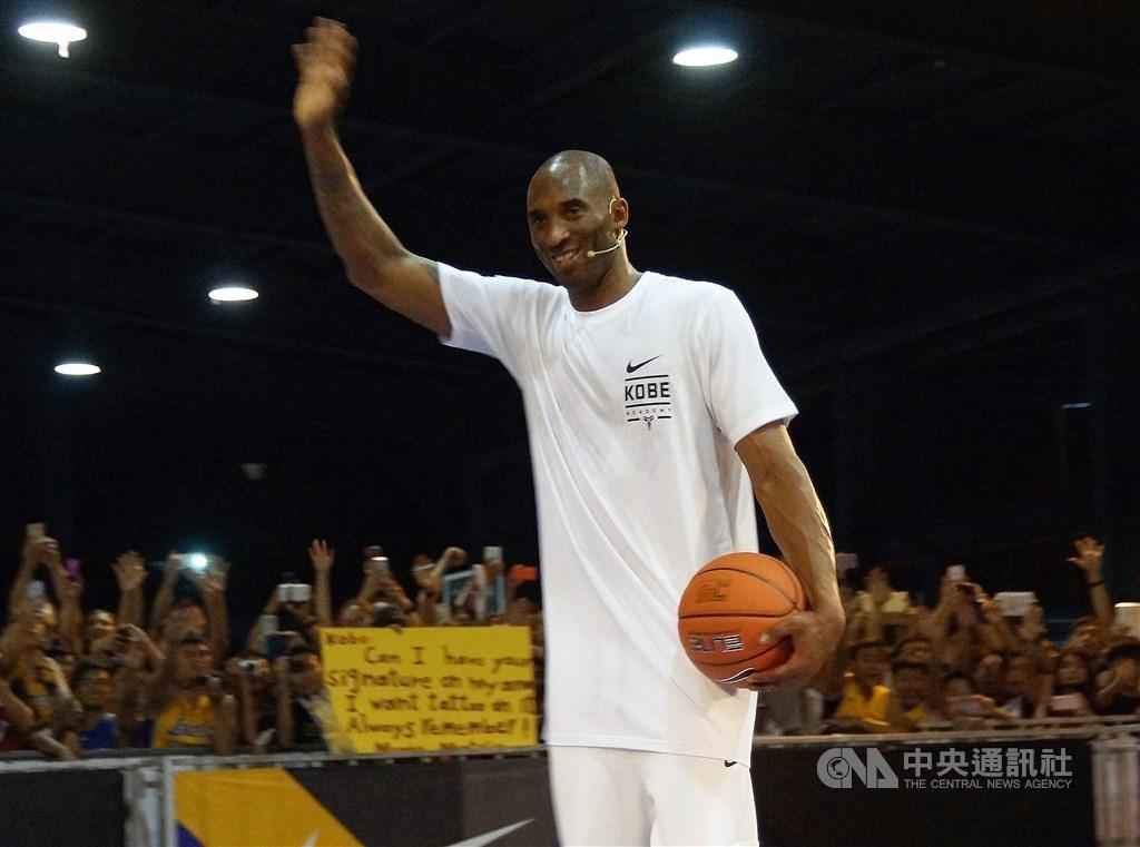 前美國職籃NBA洛杉磯湖人當家球星布萊恩墜機身亡,他過去受訪時數次透露他非常喜歡台灣。圖為2016年布萊恩抵台,指導高雄在地菁英籃球員。(中央社檔案照片)