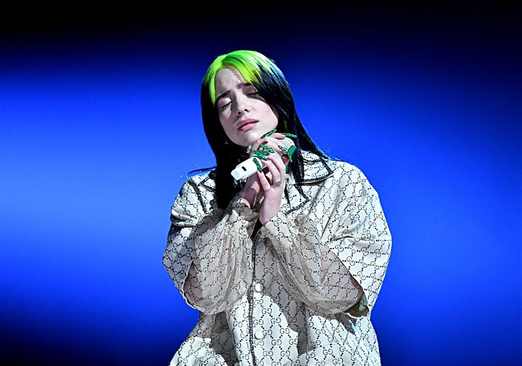 18歲新星怪奇比莉在第62屆葛萊美獎頒獎典禮,抱回最佳年度專輯、唱片、歌曲及最佳新人等最高殊榮,成為創此佳績的最年輕歌手。(圖取自twitter.com/RecordingAcad)