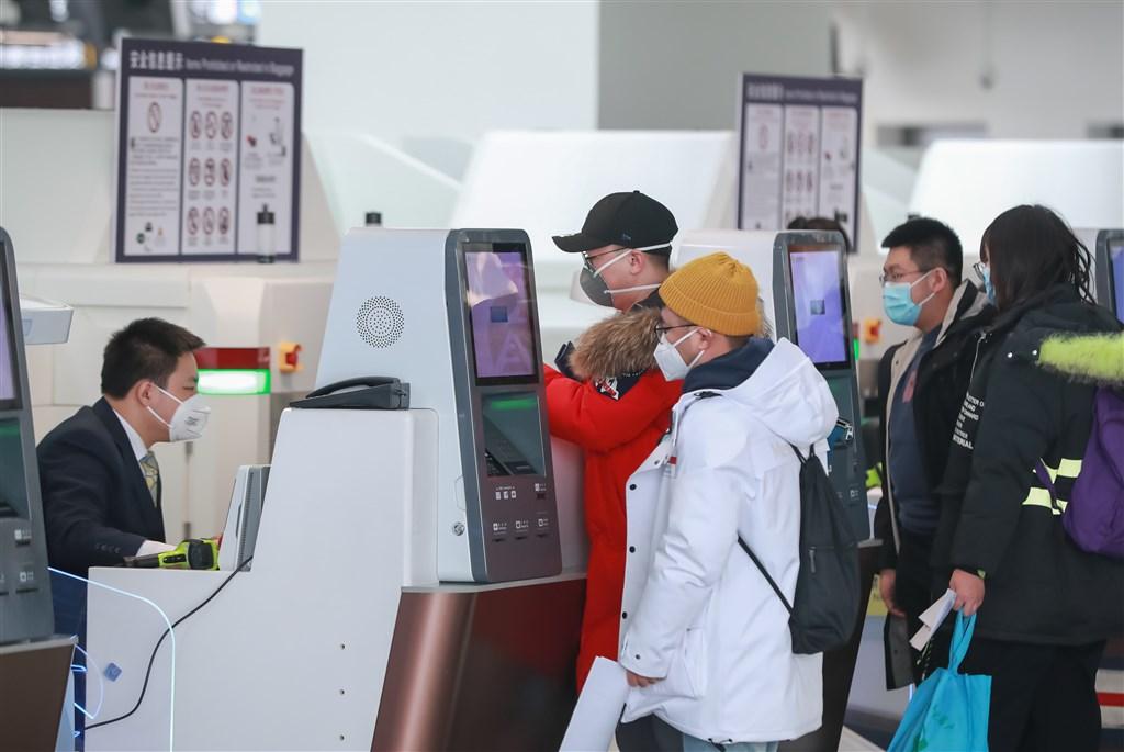 中國首都北京市28日通報第一宗因新型冠狀病毒所引發肺炎死亡的病例。圖為武漢肺炎延燒,北京大興國際機場內旅客戴口罩辦理登機手續。(中新社提供)