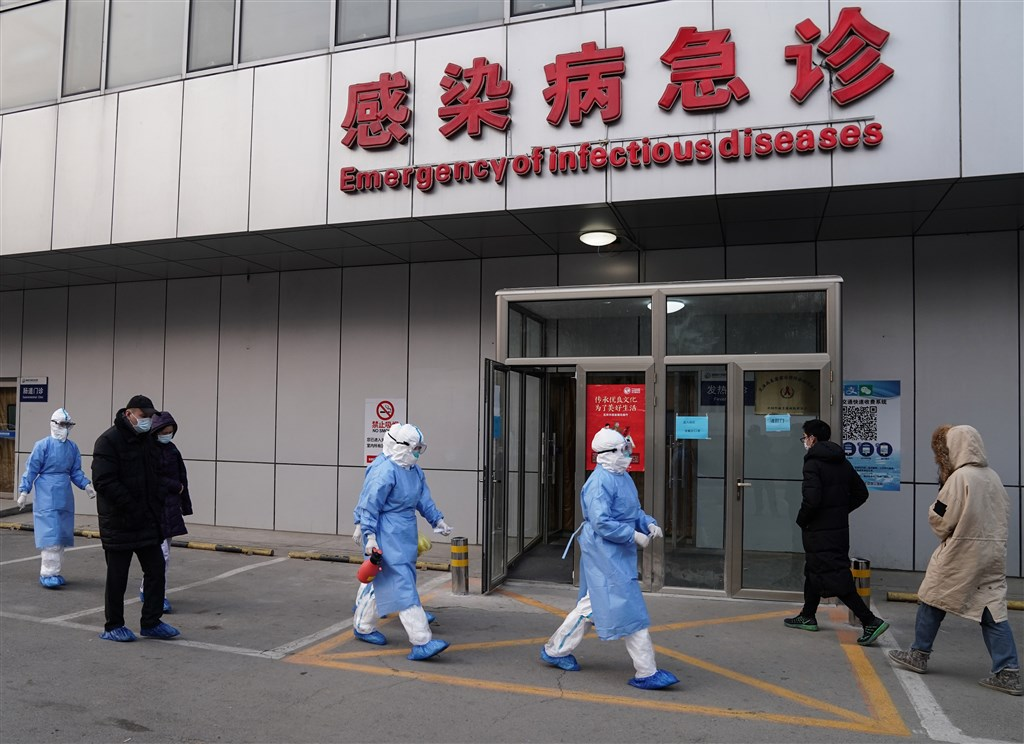 中國當局26日晚間通報指出,北京市再新增5起武漢肺炎確診病例,其中年齡最小者是1名9個月大女嬰,成為北京的年齡最小確診病例。圖為身穿防護服的醫務人員從北京地壇醫院感染病急診走出。(中新社提供)